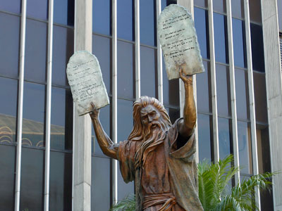 carrying-moses-statue-tablets